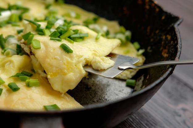 Hausgemachtes omelett mit zwiebeln