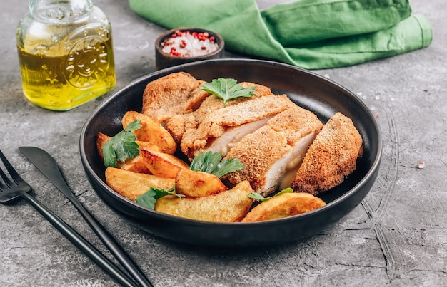 Hausgemachtes paniertes huhn gefüllt mit käse und kartoffeln