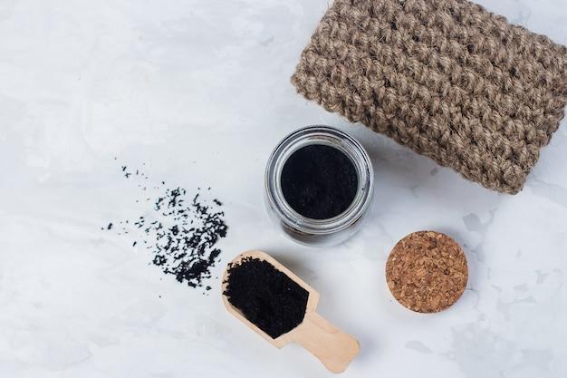 Hausgemachtes peeling aus zucker und gemahlenem kaffee. badekurort, schönheitskincare-körperkonzept.