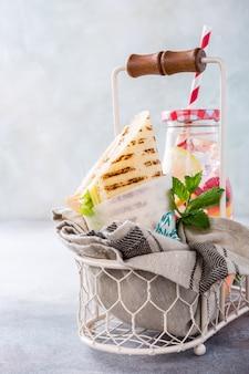 Hausgemachtes sandwich mit schinken, käse und salat
