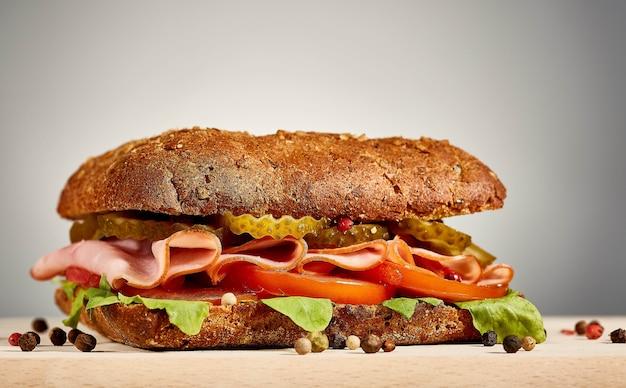 Hausgemachtes sandwich. sandwich auf einem teller. hochwertiges foto