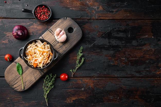 Hausgemachtes sauerkraut mit kreuzkümmel-set, auf altem dunklem holztisch