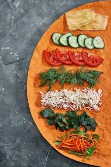 Hausgemachtes shawarma, burrito, hühnchen und lachsrolle mit gemüse und sauce