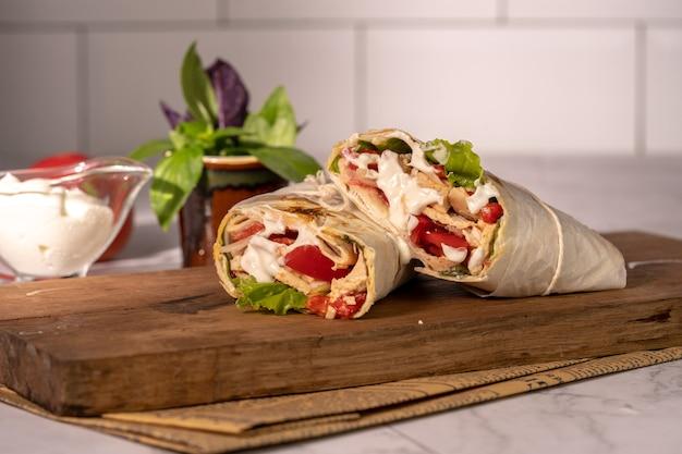 Hausgemachtes shawarma oder burrito oder chicken roll mit gemüse und sauce