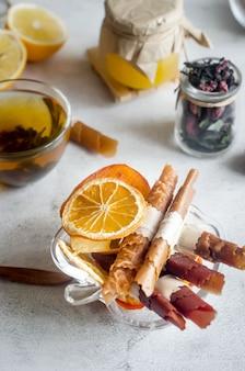 Hausgemachtes sortiertes fruchtleder und getrocknete chips im teller auf tisch