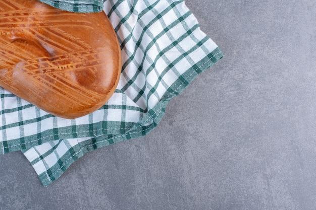 Hausgemachtes süßes gebäck auf gestreifter tischdecke.