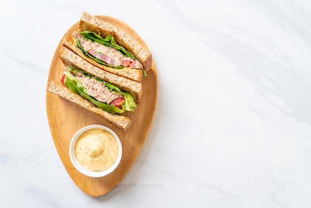 Hausgemachtes thunfisch-sandwich