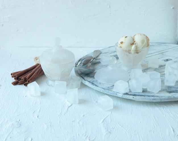 Hausgemachtes weißes bio-vanilleeis mit nüssen und eiswürfeln und großen zimtschnecken