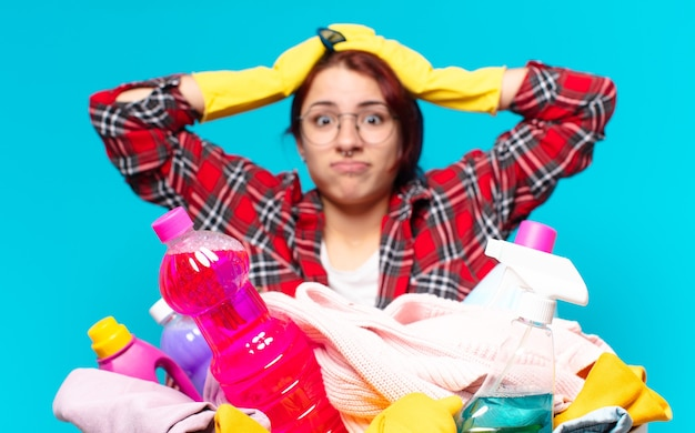 Haushälterin beim wäschewaschen