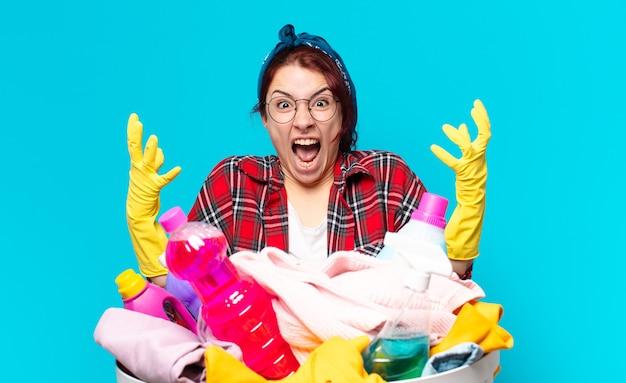 Haushälterin des jungen mädchens, das wäsche wäscht