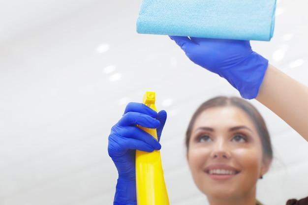 Haushälterin, die ein hotelzimmer säubert