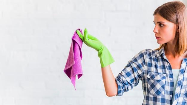 Haushälterin, die einen lappen hält