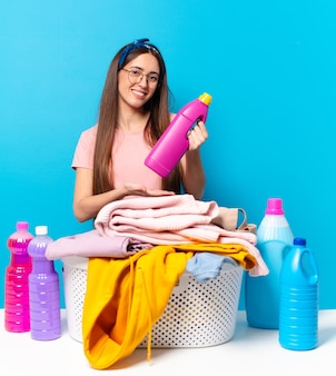 Haushälterin frau wäsche waschen