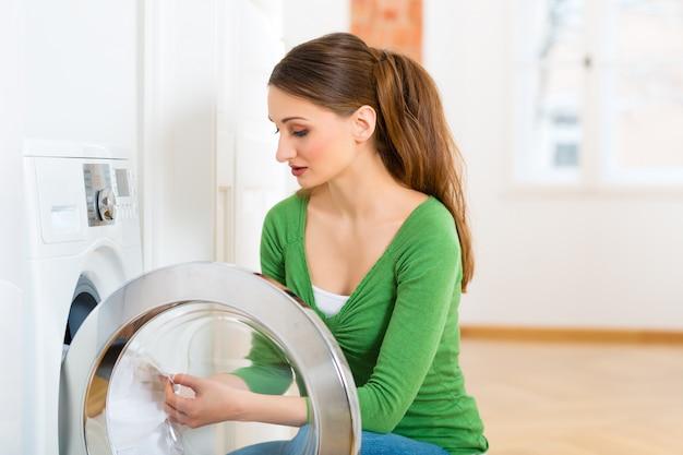 Haushälterin mit waschmaschine