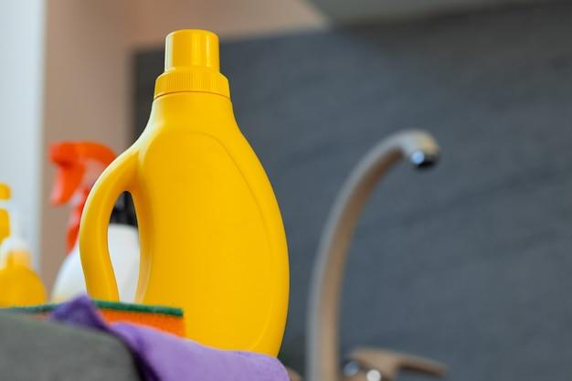 Haushaltschemikalienproduktflaschen, die nahe dem küchenspülbecken stehen