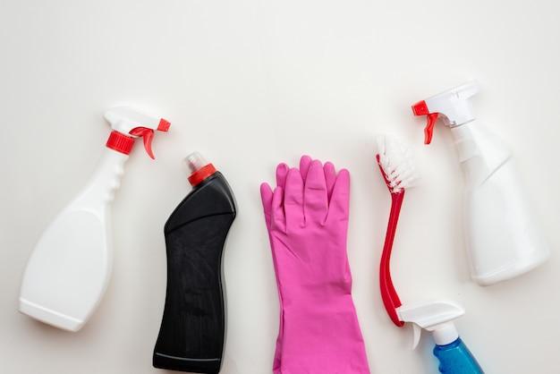 Haushaltszubehör: spray, latexhandschuhe, haushaltsbürste ordentlich auf dem tisch ausgelegt. draufsicht. speicherplatz kopieren