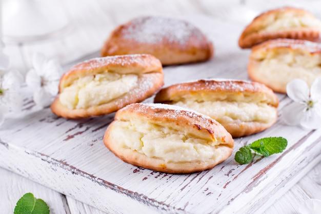Hauskäse hausgemachte kekse auf einem hölzernen hintergrund