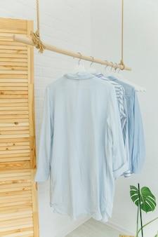 Hauskleidung auf einem kleiderbügel im skandinavischen stil