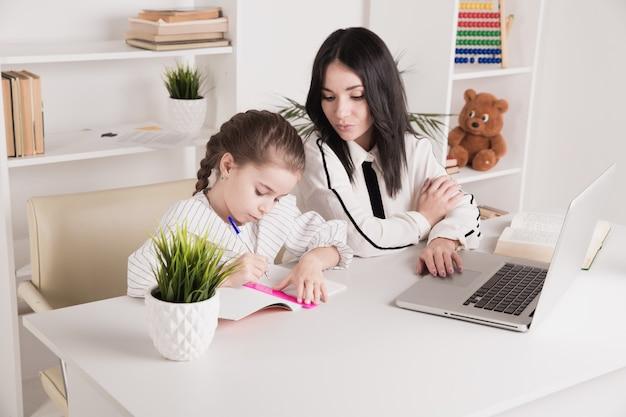 Hauslehrer-konzept. gemeinsam hausaufgaben machen.