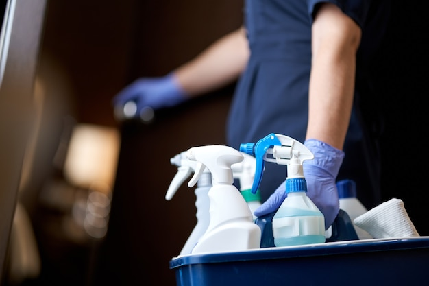 Hausmädchen öffnet die tür zum zimmer zum reinigen