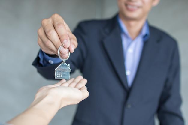 Hausmakler und immobilien nehmen schlüssel zu den eigentümern
