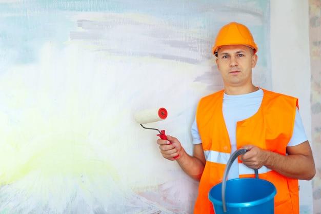 Hausmaler mit farbroller