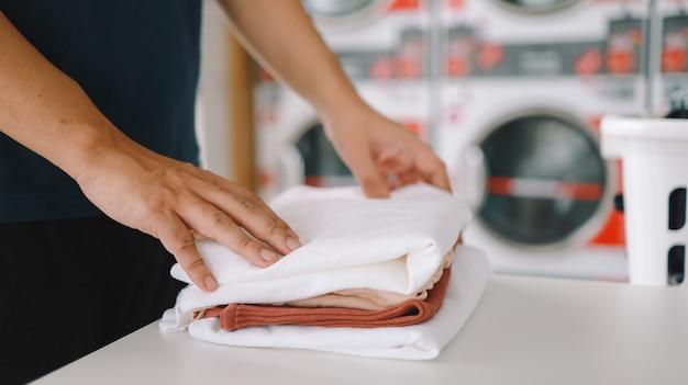 Hausmann mit korb schmutziger wäsche
