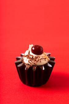 Hausmannskost-konzept hausgemachte schwarzwald-kokoscreme-cupcakes