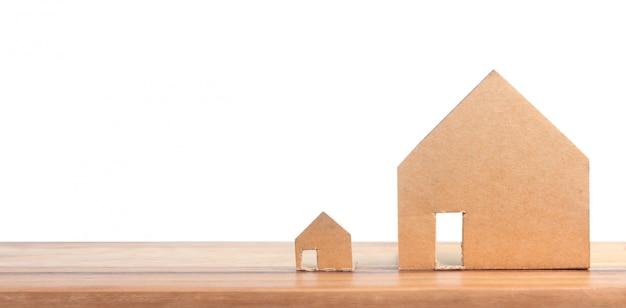 Hausmodell auf hölzernem dort raum. wohn- und immobilienkonzept