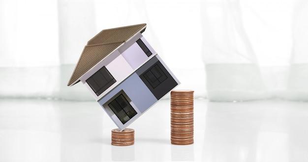 Hausmodell auf holz dort raum. haus, wohn- und immobilienkonzept, geschäftsidee