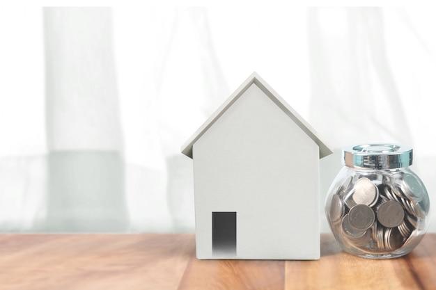 Hausmodell auf holztisch. wohn- und immobilienkonzept