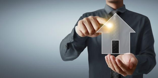 Hausmodell im bildschirm, im familienhaus und im schützenden versicherungskonzept