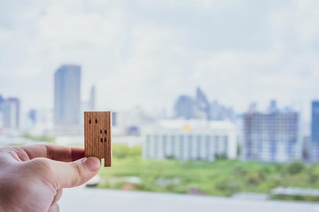 Hausmodell in der hand der hausversicherungsmakler