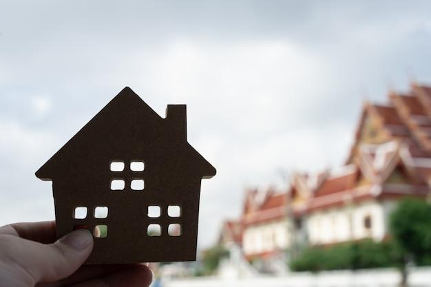 Hausmodell in der hausversicherungsmaklerhand
