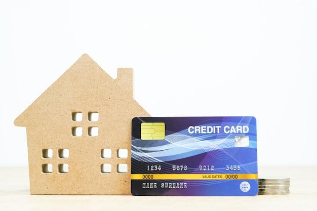 Hausmodell und kreditkarte auf dem tisch