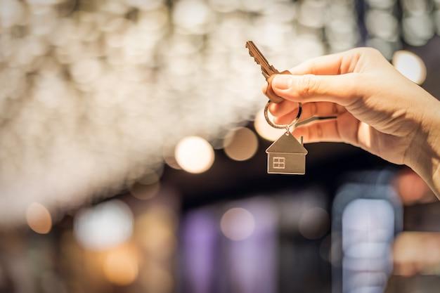 Hausmodell und schlüssel im hausversicherungsmakleragenten
