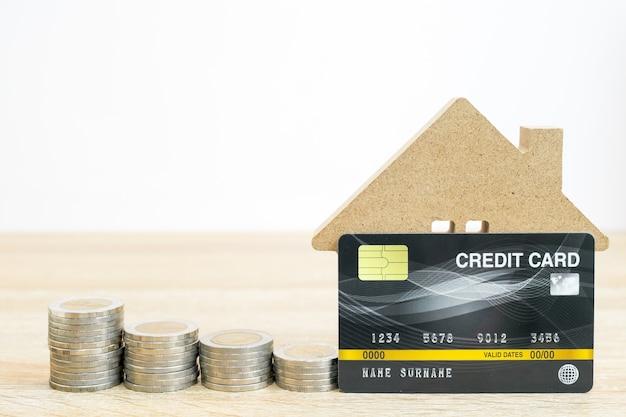 Hausmodell und und kreditkarte auf dem tisch