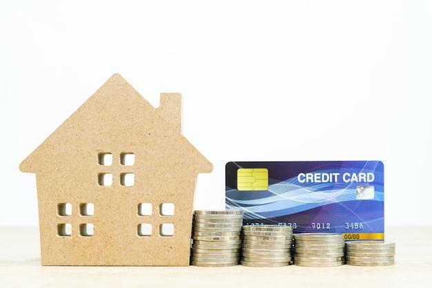 Hausmodell und und kreditkarte auf tisch für finanz- und bankkonzept