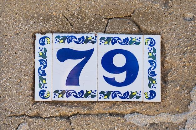 Hausnummer neunundsiebzig 79 nahaufnahme, keramikplatte.