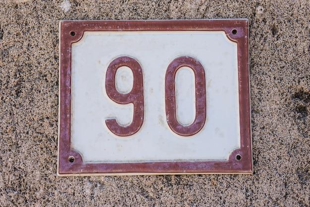 Hausnummernschild mit nummer 90 90 nahaufnahme