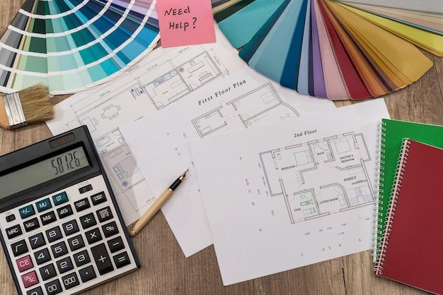 Hausplan mit farbpalette, taschenrechner und pinsel