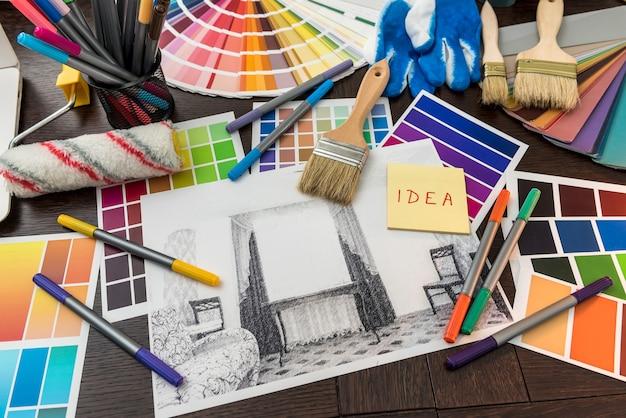 Hausplan zusammensetzung und pinsel mit farbpalette auf dem tisch