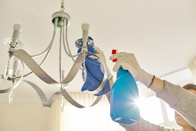 Hausreinigung, nahaufnahme der hände mit lappenwaschmittel, reinigungs- und polierlampe