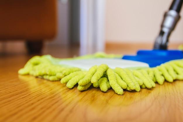 Hausreinigung - waschender bretterboden des mops
