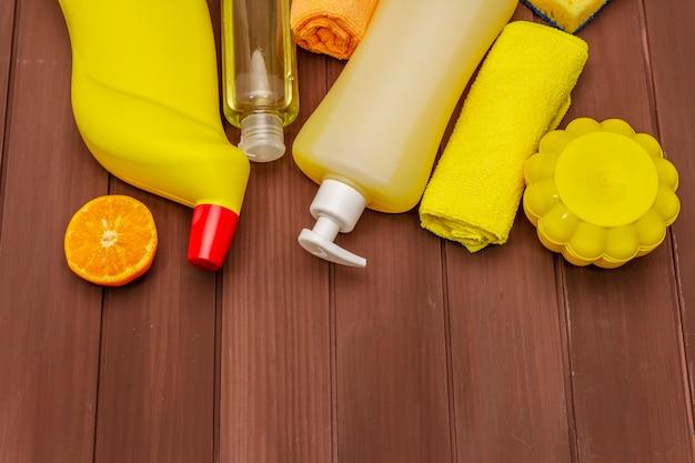 Hausreinigungsmittel. spray, flasche, seife, geschirrspülschwamm, staubtuch, gel-lufterfrischer. hausdesinfektion in quarantäne