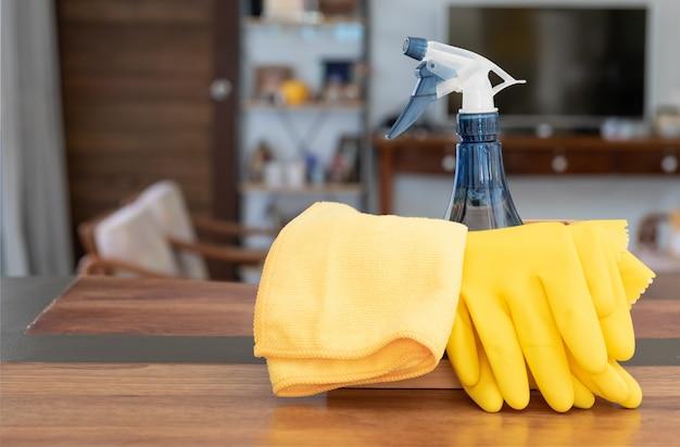 Hausreinigungsprodukte auf holztisch im wohnzimmer gesetzt