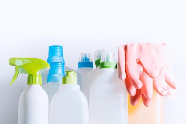 Hausreinigungsprodukte stapeln sich auf weißem hintergrund. reinigungskonzept, reinigungsmittel.