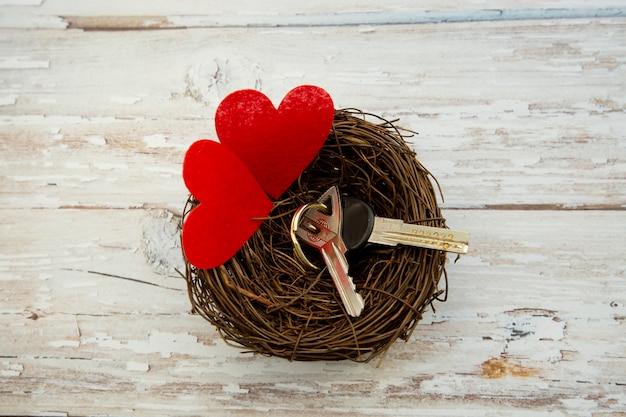 Hausschlüssel im nest, geschenk zum valentinstag