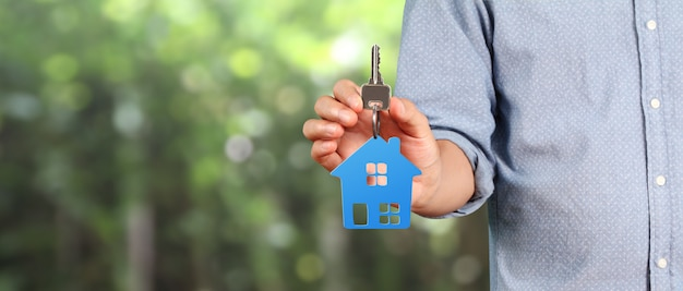 Hausschlüssel in den händen mann