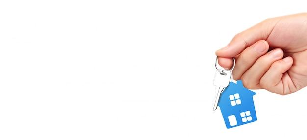 Hausschlüssel in der hand auf einem weißen